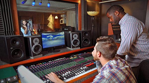 مهندس ضبط صدا در حال رکورد کردن پروژهی