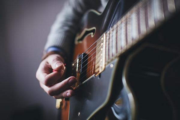 نواختن گیتار با پیک